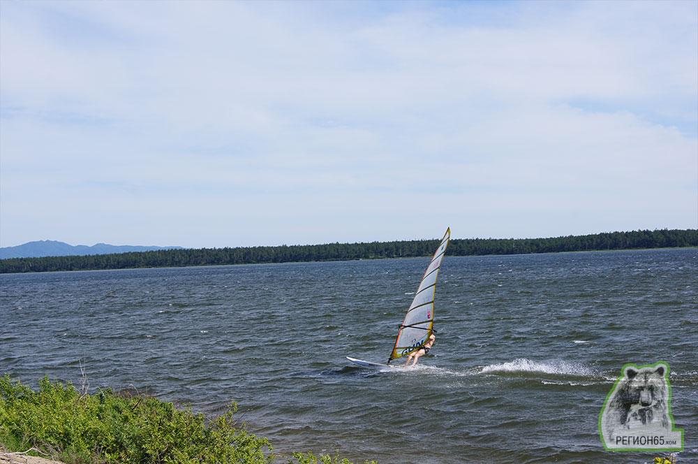 Юг Сахалина лето море озера панорама серфер