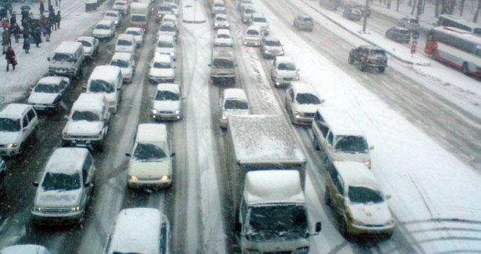 Автомобили в Москве не могут выбраться из снежного плена